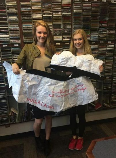 Девушка сделала платье для выпускного из тетради по математике